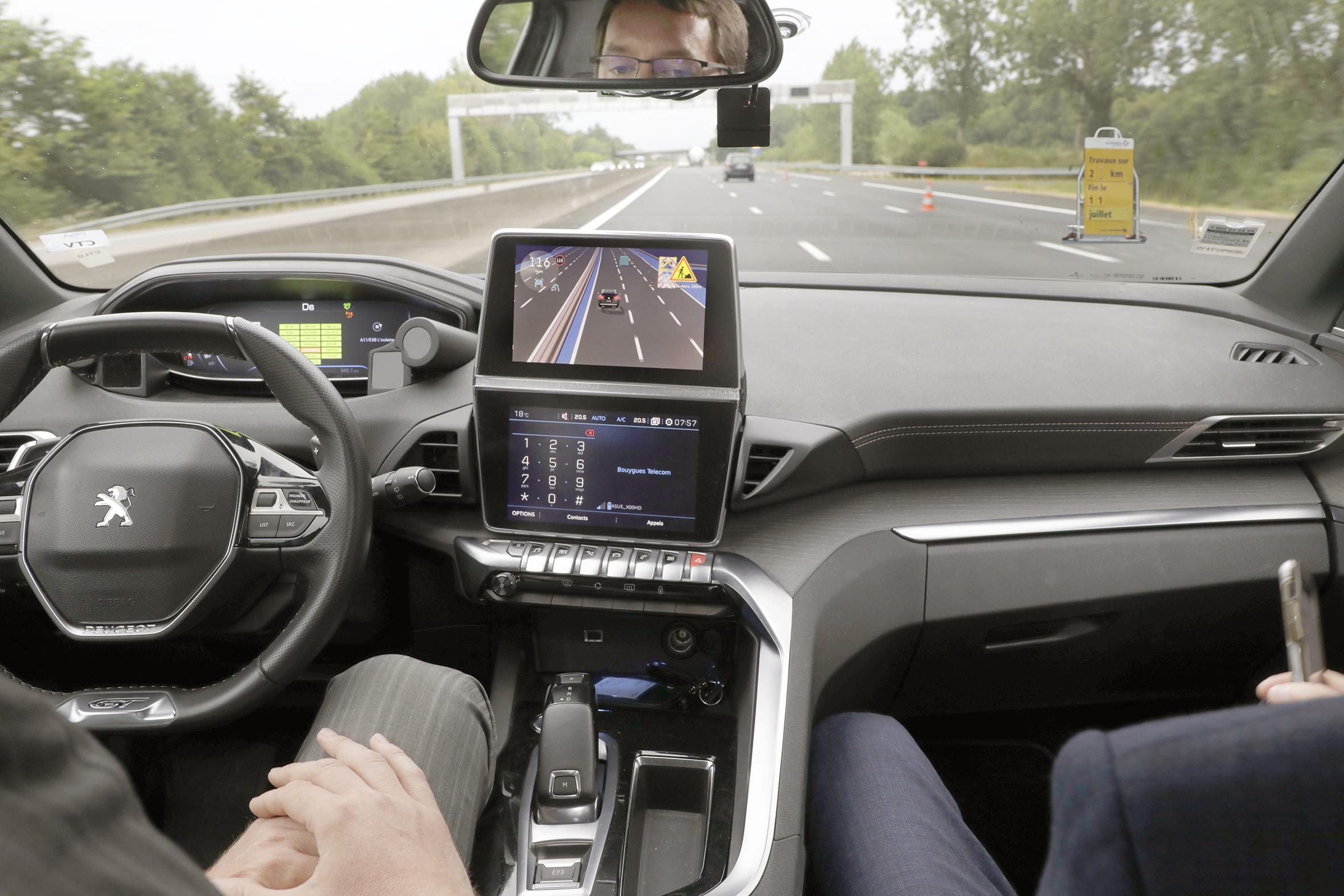 A bord d'un Peugeot 3008 autonome qui circule à 130 km/h sur autoroute