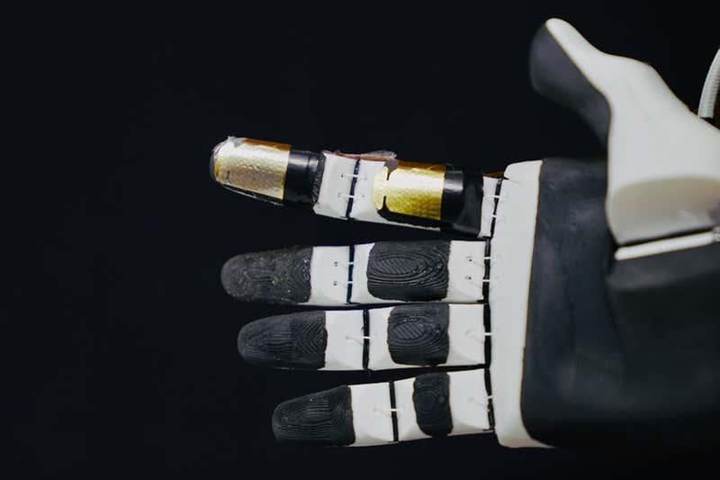 Cette peau artificielle bardée de capteurs dote les robots d'une sensibilité au toucher